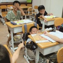 低年級孩子相處常是行為動作先於語言!吵架時可以這樣引導