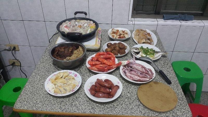 豐盛的年菜是幸福快樂的泉源,全家人聚在一起,真開心,祝大家,新年快樂! #年菜
