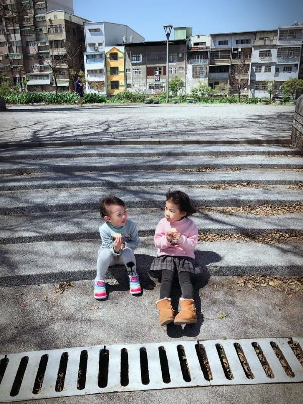天氣好好~遛小孩去 媽媽玩自拍 孩兒玩石頭