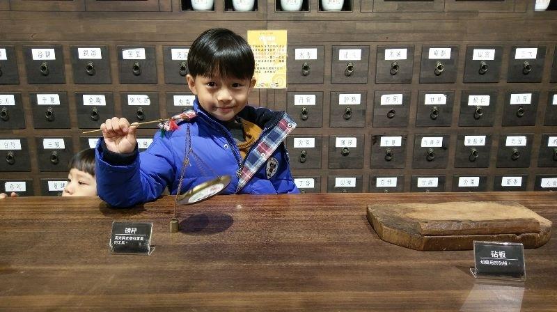 推薦大家可以帶小朋友可以到台南的中藥生活化園區觀光工廠逛逛,有得吃有的拿~小朋友玩得很開心~之後還可以到附近的六甲菁埔埤落羽松,真的很漂亮呢!!! #親子旅遊
