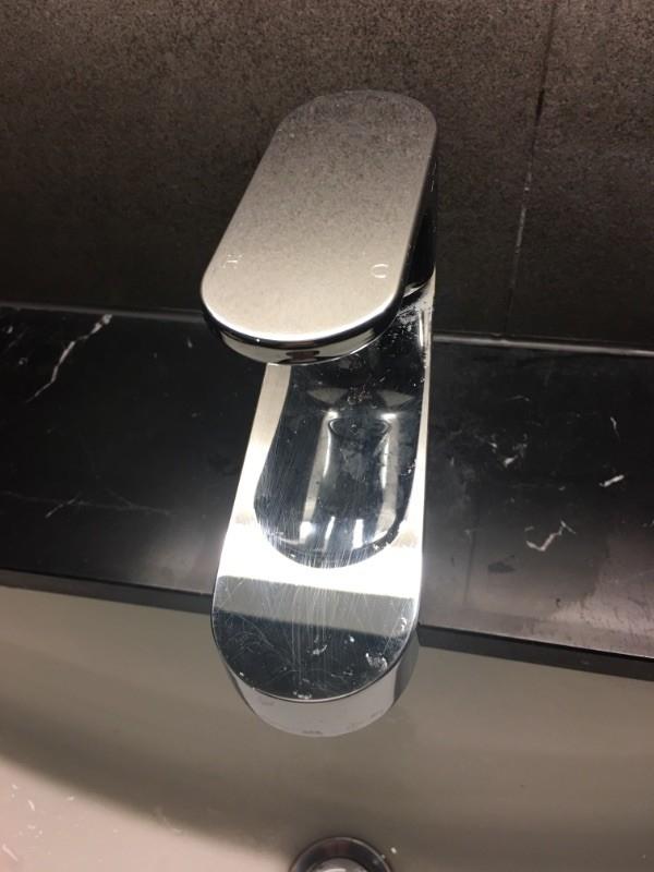 你家有水龍頭及大理石洗手檯上,出現礙眼的水滯問題嗎? 原本困擾我很久,但試了這個方法之後,整個變得光可鑑人~ 作法很簡單,只要準備牙膏、一隻牙刷或一條抹布。 將牙膏擠在牙刷或抹布上,輕輕刷水龍頭,即可將水滯清除的乾淨溜溜。 過年快到了,大家快來試看看吧! #除舊布新