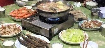 我們家除夕圍爐的年菜很簡單,主要是以火鍋為主,其它應景的年菜也不可少, 魚,像徵年年有餘,長年菜,有長壽涵義。 #年菜