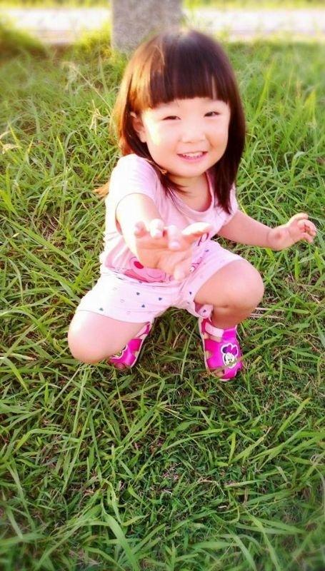 我最愛的小妮子~~妳開心的笑容是爸比媽咪化解辛勞的泉源! #爸爸去哪兒