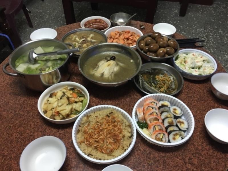除夕大團圓吃年夜飯,今年老公終於沒有缺席了~ #年菜