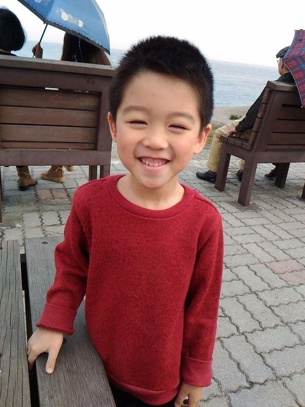 大年初一幫饅頭寶穿上紅色新衣,覺得紅色衣服也很適合他耶,帶著寶貝去海邊走春,暖暖的陽光搭配紅衣,以及寶貝燦爛的笑容,可愛極囉,寶貝愛你喔。 #萌娃