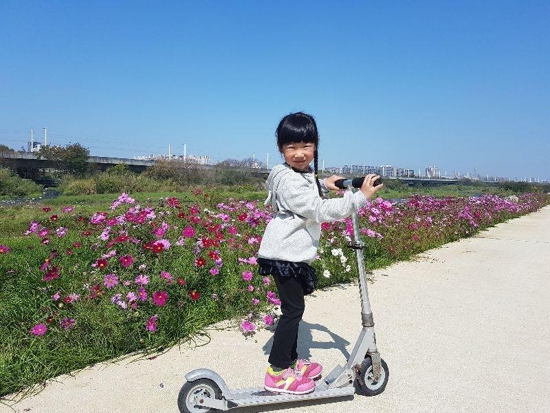 #親子旅遊 回娘家時,娘帶著我們到一處祕境,荳荳在這邊獻出玩滑板車的第一次!! 平時不太注意蝴蝶採蜜的荳荳,還特地停下腳步蹲下來靜靜地觀察蝴蝶採蜜呢 果然春天來了