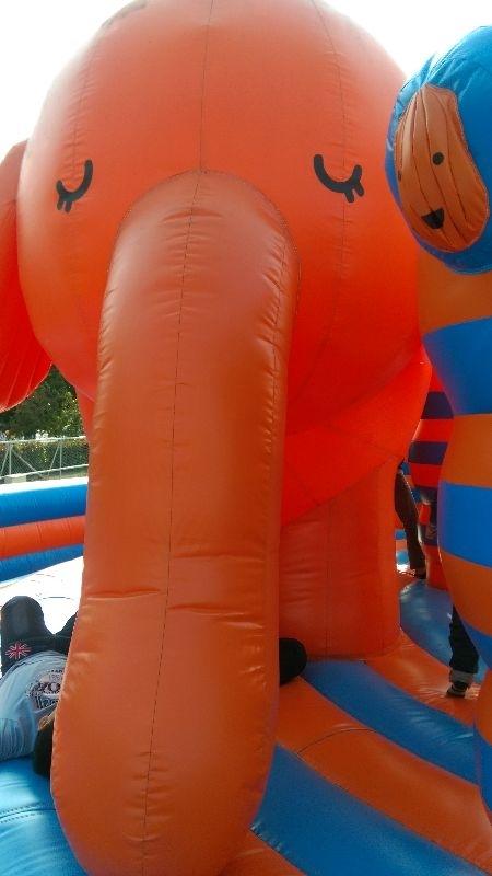 高雄夢時代Art Zoo藝術動物氣墊樂園是今年帶小小孩玩得超開心的地方。 展期一直到3月4日,裡面有12個主題,有長頸鹿迷宮,有鯨魚球池,超大溜滑梯(需滿110公分),還有可在氣墊上跳跳、躺躺,很好玩,只是太陽有點大把我的臉給曬黑了,還是需要擦些防曬乳比較好。我們一家人玩到傍晚6點樂園關門才回家,真的玩得很開心寶貝還吵著要再去一次呢! #親子旅遊