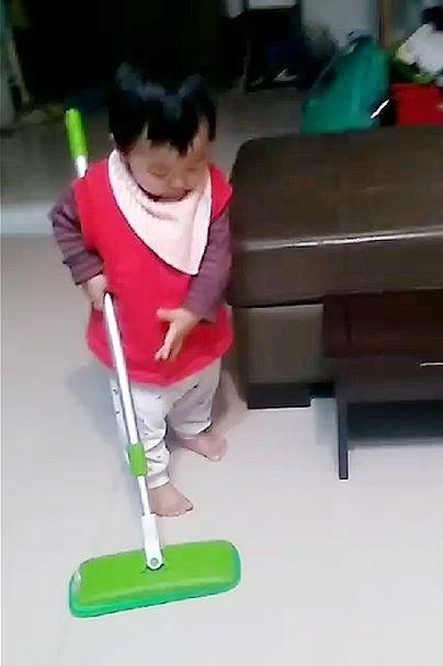 平時順手就拿吸塵器吸吸地,吸完後就讓兒子帶手套穿襪子在地上爬爬(誤)😂,假日時就可以好好的拖地啦! 在得到掃地機器人之前只好先訓練兒子掃地了!(如圖)😏😏 #除舊布新