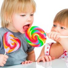 爸媽要注意,小小孩不是所有食物都能咬著吃!