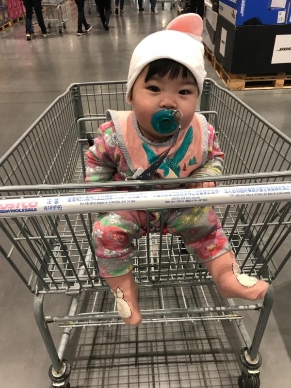 今天帶寶貝到costco要買衛生紙才知道現在衛生紙搶成這樣~竟然一包都買不到,而且店員說早上才剛補貨完,最扯的是回家的路上想說不然去頂好或全聯買擋著先,有先見之明先打電話問一下家附近的超市,沒想到也是都銷售一空😱😱😱 天啊~真的太後知後覺了,不知道搶購成這樣,這種民生必需品買不到真的很苦惱耶 #坐在推車上超興奮 #萌娃