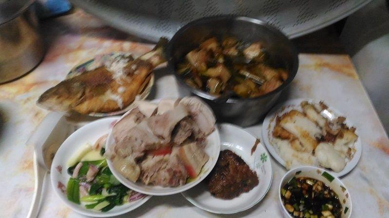 今天除夕夜煮了滿滿一桌年菜 有雞魚豬等,相當豐富 #年菜