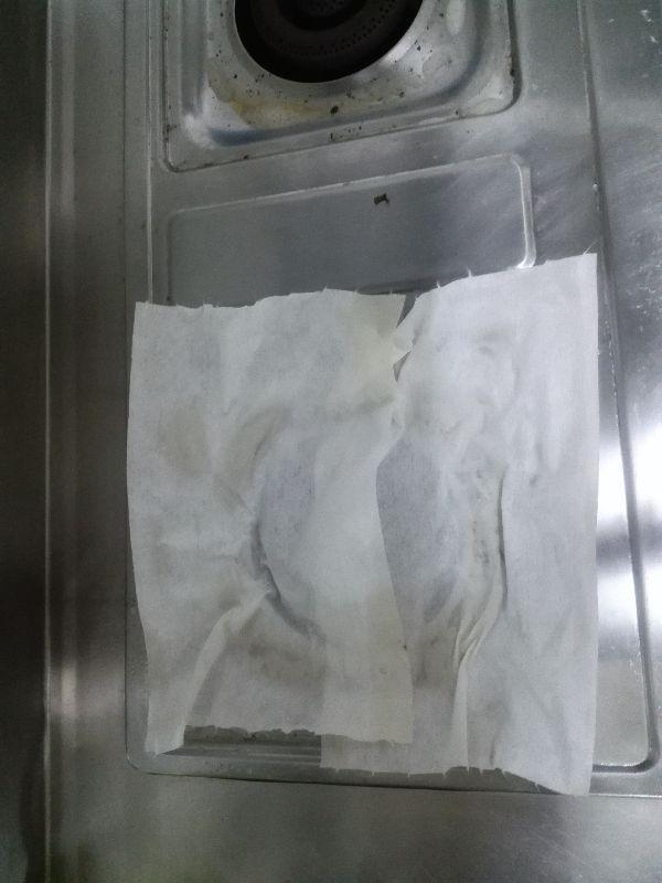 廚房的打掃 打掃有3寶 小蘇打、檸檬酸、平板拖 運用酸鹼中和的原理 小蘇打對抗油(酸性)的髒污 檸檬酸對抗尿(鹼性)的髒污 中性則是使用洗碗精 不傷家具。 廚房是最難打掃的區塊,冰箱是每年必清潔的 冰箱夾縫常會沾黏醬汁, 運用洗碗精+水 將隔層板泡入水裡 靜置十分鐘 在用食用小蘇打清洗 去除異味又不會殘留清潔劑不好成分 效率又省時省力 瓦斯爐 油杯,瓦斯爐架泡熱水+洗碗精 噴清潔劑在爐台 敷上紙抹布或濕紙巾靜置20分鐘 將油杯,瓦斯架,瓦斯台用牙刷刷洗並擦拭放回 在油杯上墊衛生紙接油 下次不怕沾上油污,清洗更方便 抽油煙機 在爐台上墊上報紙及2個塑膠袋 對渦輪先噴熱水,讓油污軟化 再噴清潔劑 接著打開抽油煙機10分 油就會滴到油杯裡 用牙刷沾小蘇打粉刷洗渦輪在用熱水噴洗 前屋主油垢太久 多次打掃一層層去除油污 #除舊布新