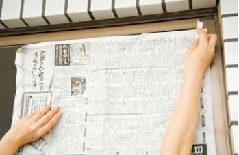 過年大掃除家中最難清潔的部分就是紗窗,因為紗窗上常常沾滿灰塵及污漬,又清水洗也很難洗乾淨,所以我要分享的打掃偷吃步就是如何簡單快速清潔紗窗~! 首先將舊報紙先打濕,然後再將打濕後的報紙黏在紗窗的背面,停留五分鐘後,再將舊報紙取下,就會發現濕報紙上黏滿了紗窗上的灰塵污漬,用這種方法清潔紗窗,真是省時又省力~! #除舊布新