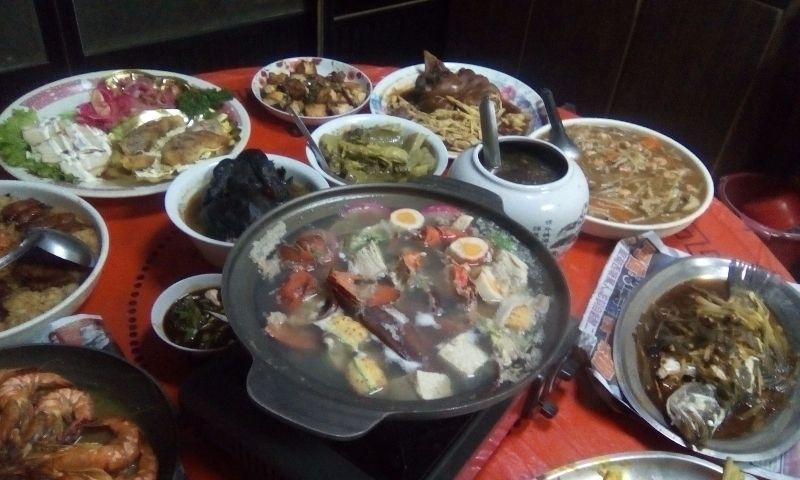 除夕夜圍爐,桌上的菜餚好豐盛哦!最重要的是家人能聚在一起話家常 #年菜