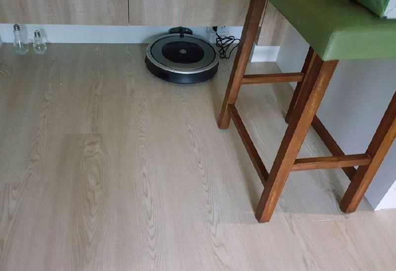 【上篇】 自從試用iRobot Roomba掃地機器人後,這段期每天回家開門迎接我的是一地乾淨明亮 ,光著腳ㄚ子踏在地板上充滿愉悅的快樂。不怕孩子滿地爬,可以喝杯現煮咖啡坐臥地板上舒服的看本書或追劇,這般的愜意享受不經回想之前回家一進門還在面對肉眼可見的棉絮毛髮…強破盤!年終掃拖掃除組 860+380t 不久前下班回家早時早已累癱只想賴在沙發上,可… 是… 我的腦在呼喚著我:「那有一坨頭髮、快來掃,地上有飯粒、快來掃」 我的身體卻抱怨著:「今天好累!沒關係明天再來整理」 全身上下似乎只剩下腦子是愛乾淨的,日復一日、日積月累直到某日受不了跟髒亂同處一室,瞬間怒整理!因平日閒置未打掃一次大掃除須要花好幾倍的勞力恢復原狀 是的、我愛極了有掃地機的日子!早上出門約莫下午2點預約打掃的時間一到大寶掃地機已經開始忙忙碌碌的開始打掃,下班一踏進家門赤腳踩在光滑的地板棒透了~ iRobot▶家電大賞優惠搶 http://shop.babyhome.com.tw/promo_event/12244 #除舊布新