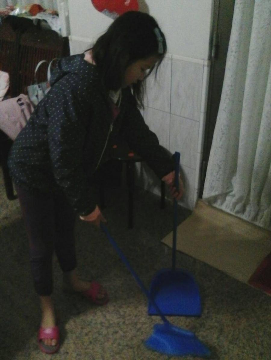 除舊布新的好方法:掃帚沾水,去圬又不會揚塵,掃除完後記得洗一下掃把,地板亮晶晶! #除舊布新
