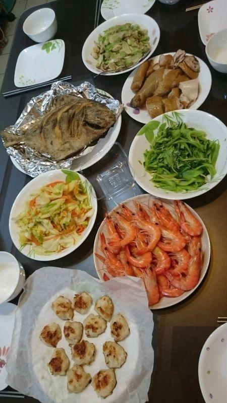 除夕吃團圓飯菜色就是要多要豐富,肉,蝦,青菜不可少,哇!那大條的魚超過癮,每年ㄧ定會有魚,吃魚年年有餘,在物質豐碩有餘,財務不匱乏喔,邊吃年菜邊聊天,是全家人團圓吃年夜飯最開心也最幸福的日子了。 #年菜