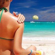 夏天海邊玩水 要擦防水防曬乳