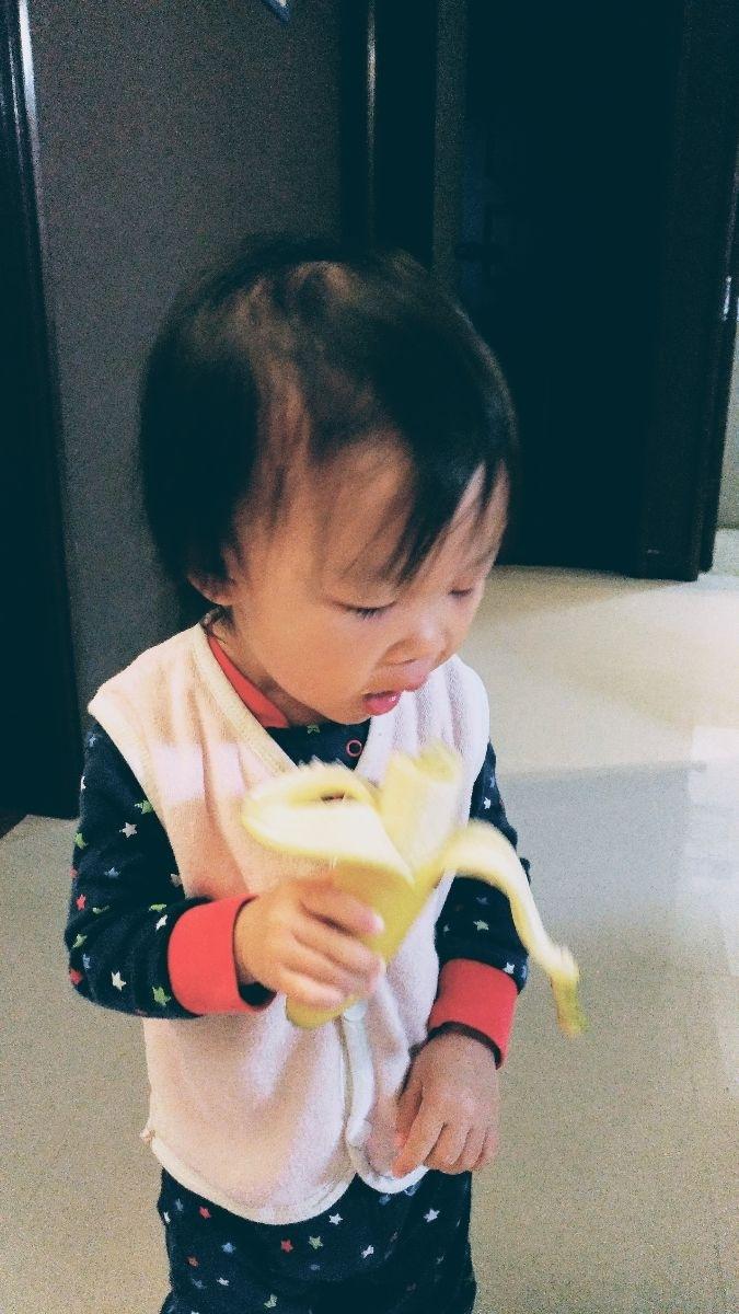 """今天第一次二女鵝清楚地說""""香蕉"""",跟我要香蕉吃。 繼續記錄她的進化進度。 #萌娃"""