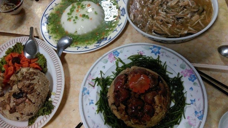 家中長輩的年夜飯是素食的,今年是翡翠如意豆腐羹,吉利素米糕,八寶菜,素魚翅羹,還有我最愛吃的佛跳牆,都是非常吉利又應景的年菜。 #年菜
