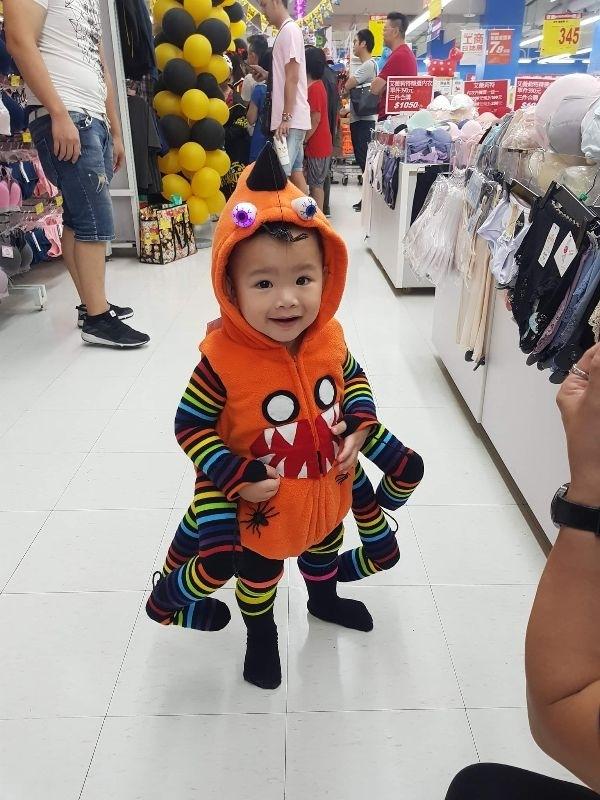 又要搞怪又要不失可愛, 改造南瓜衣服變成可愛小蜘蛛~ 在哥哥姐姐的旁邊特別可愛 哥哥扮演羅,小丑,姊姊扮小丑女 #媽媽play搞怪創意無限