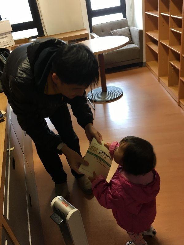 今天,帶著P與小女鵝,將一些書從南港搬到研究室。小女鵝擔任小幫手,幫忙拿書上架。 這間研究室原先是由一位人資美女教授所使用的,她在2月21日要到業界工作了。我正好相反,從業界回到學界。以前我在學校時,跟這位美女教授互動甚多,經常分享教學與行政工作心得,如今,她正要走著我三年前的路。我在這星期跟她交接了研究室。 對我們這一代的高教工作者,我認為跨界會是常態,當然這種生活並不會比較好過。不過,因為對高等教育還有著熱情.所以,我們這一代人有相當比例的老師願意嚐試與接受不確定性。 我重回高教行業之後,會不會有更好的表現?我不知道。我唯一知道的事情:要更敏銳地觀察身邊的人事物,更小心地與人互動,更重要的,更謹慎地選擇要做的事情。 #職場 #教育