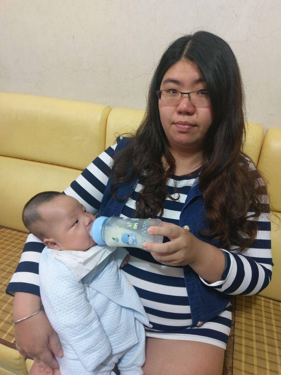收到酷咕鴨超矽晶玻璃奶瓶超開心的!我的3寶是30週的早產寶寶目前4個月,因為是早產寶寶所以吸允和吞嚥能力比較差,導致要用奶瓶餵母奶! 因為要用瓶餵,所以每次都要用電動擠奶器將母奶擠出,每當擠完奶換玻璃奶瓶總會浪費一些珍貴的母奶,我就突發奇想將酷咕鴨超矽晶玻璃奶瓶合看看有沒有適合擠奶器的罩子,沒想到還真的可以吻合,這樣擠完奶就直接將奶拿去冰箱冰,不需要更換奶瓶,而寶寶要喝奶時從冰箱拿出來直接回溫!因為耐溫-40~600度,可接受150度以內的溫差,完全不怕溫度過高釋放有毒物質,奶嘴也經過國際SGS嚴格檢驗不含雙酚A,讓我可以很安心的給3寶使用! 最後感謝廠商大方的提供奶瓶試用! #超矽晶玻璃奶瓶 #酷咕鴨 #育兒