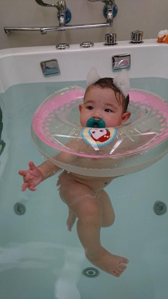 在家裡洗澡的時候會很開心的在澡盆裡游蛙式 媽媽認為小棉花應該很愛游泳 一下水就大哭看著我 立馬奶嘴安撫伺候 小腳丫在水裡踢一踢習慣了就一直游 玩累了在看著我淚眼汪汪討抱抱 洗完香香秒睡~~~ 寶寶游泳很適合寶寶的運動 但要價不斐一次要700!!! 為了小棉花玩開心 媽媽的荷包變薄了一些些也值得阿!! #萌娃 #澡盆裡的小青蛙寶寶泳池初體驗