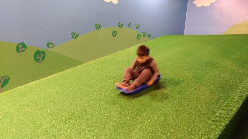 """台中的粉紅豬小妹互動展,頗雷,不建議帶孩子去。 票價高(小孩250,大人280),場地空間小,所有項目都是要用券才能玩""""一次""""。就真的只能玩一次。玩滑梯,咻下來,結束;玩滑草,咻下來,結束;坐小火車,繞一小圈,結束。畫畫圖,投影到牆上,還算有趣,但這當成互動主秀也太寒酸。然後就是一些佈景拍拍照。 以後看到旺旺辦的活動與展覽,還是敬而遠之。 #親子旅遊"""