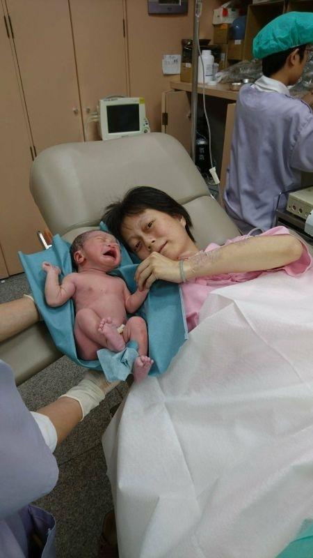 可樂果誕生日之快速停速加速 7/20早上,診所未營業就去測宮縮,沒啥開指,但宮縮很規律,4分鐘一次飆100以上 因為經產婦第二胎,所以特別謹慎,且預產期40周了,回去洗頭處理好事情就拉著媽媽包入住了 只是,開指一樣沒進展,宮縮很漂亮,晚上六點更是縮到2分鐘一次破百 就這樣無止盡的內診地獄,宮縮也疲乏倦了,就這樣停了下來,可恥的一直線開始出現 一整個夜晚,長夜漫漫,不定時的宮縮,測宮縮的機器就這樣綁架我,下床走動也是一邊落紅一邊宮縮,當回到床上,宮縮安份到讓我睡著了好幾次 開指不挺我,就連宮縮也鄙棄我 一直到今天的9點,產檢的醫生指示宮縮沒進展,就打催生吧…… 啥米?!想我第一胎順的不得了…連催生都用不上,這胎竟然用上了催生……orz 滿腦子只有催生不過就吃全餐了……(抖) 9:30上催生藥,感覺很快就宮縮復活了,但開指一樣3公分,一指半……無進展 痛感很有規律,雖然平躺超不酥胡,但也不敢側躺了,因為前一天就是側躺到宮縮緩慢 結果到了中午,產檢醫生過來看我,可恥的3公分並沒有給他面子,他要我加油,我暗示他可樂果一直踢我右邊肋骨,他說那就側躺呀……(灑花中!) 就這樣不側躺還好,一側躺就立馬有便意,伴隨痛楚的宮縮,就這樣,內診開了5公分,7公分,醫生才離開一個小時,我就上了產台準備生產……(驚…) 護士難以理解,就連醫生也啞口無言,至於我也是痛的腦中一片空白 第二胎,可樂果,3000標準體重,40+1週 催生,無無痛,自然產一樣萬歲 #第二胎真的是時間拖久很崩潰之連哭了兩次 #一直在想是不是中途有吃糖葫蘆所以可樂果不想退房 #謝謝大家的祝福 #老公這次陪產有進步沒有拍我鼻孔了 #隔壁產婦開9公分反而被我開3公分的一路超車而我下車了她還努力了3個小時才催生跳車 #新生兒報到