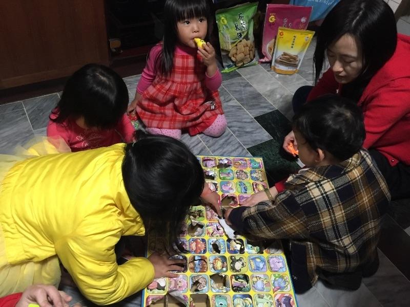 初二是回娘家的日子,姐妹們帶寶貝們回娘家齊聚玩樂,十分熱鬧。(只可惜外公、外婆已不在了) #回娘家
