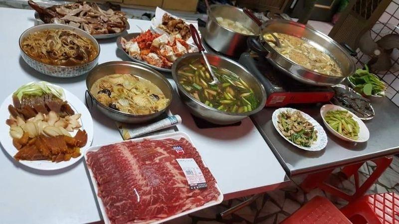 大年初二過年陪老婆回娘家,我可愛的岳母準備一桌好菜招待我們,有我愛的牛肉火鍋和帝王蟹,我好愛我的岳母。 #回娘家
