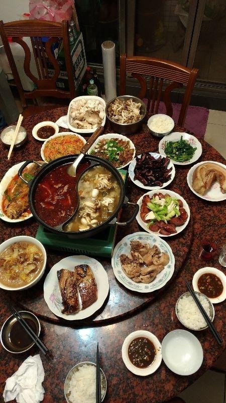 這是我家年夜飯,婆婆總是會準備滿桌子的菜,就算知道吃不完,也都還是豐盛的一桌菜, 感謝我能遇到對我比對女兒好的婆婆 #年菜