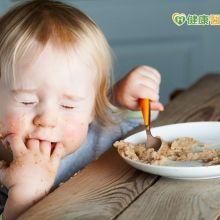 讓孩子專心吃飯 從拿湯匙吃副食品開始