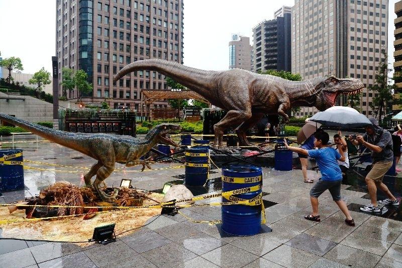 今年又有恐龍電影上映了,台灣上映的第一天就購票進戲院看了,其感想就是這系列的電影也變成了大眾化的商業爽片,就如此而已……我想下一集電影應該不會再進戲院觀賞了吧! 回想25年前的侏羅紀公園,影像一幕接著一幕環環相扣,在那個電影動畫還不是很發達的年代,能拍出讓人印象深刻的電影,真不愧是史大導演! 動用真恐龍拍片、果然變成了經典之作啊!😆 雖然今年的世界並不怎麼喜歡、但1:1的恐龍出沒、還是值得去看一看。 https://flic.kr/s/aHskCEQN9o -.- 假日拍照,雨是個好夥伴,一下雨就人潮散去~~