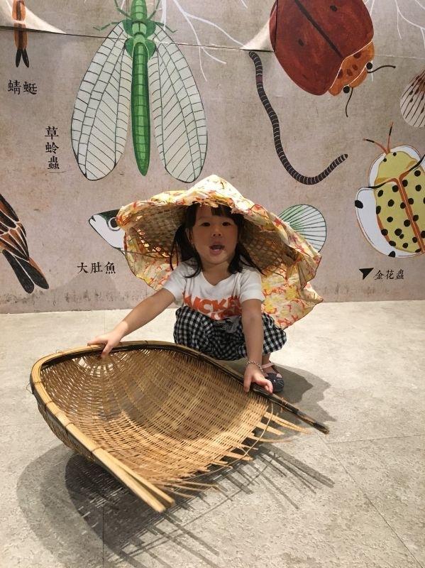 雖然我家寶貝還沒有上學 暑假正熱待在家也是耗電 於是安排了帶臭ㄉㄨㄞ寶到台灣穀堡去認識她最愛吃的米飯 還扮成小小農夫撿稻穗 真是可愛! #暑假生活