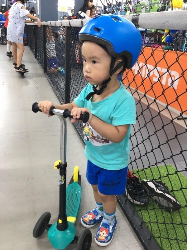 暑假到了,就是要小孩學習新的技能,現在正在學習騎車的階段,平常會在家裡附近公園騎滑步車,天氣太熱時,就帶小孩來運動用品店來體驗騎騎的腳踏車跟滑板車。 #暑假生活 #腳踏車、滑板車體驗