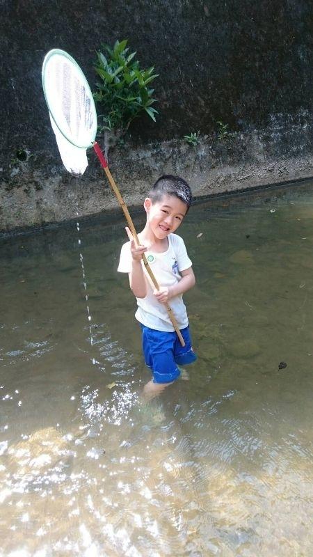 炎炎夏日的暑假我會為饅頭弟安排許多戶外活動, 因為好動的他整天在家裡一定待不住, 所以會帶他去水池玩水、溪邊抓小魚小蝦,還有玩沙啦, 也會帶他去宜蘭童玩節,去年有去過覺得趣味性與啟發性都不錯, 饅頭弟也很喜歡,今年更盛大,所以還會再去玩樂和闖關, 另外饅頭弟是樂高迷,有報名樂高積木課程, 這個課程可以讓孩子發揮創造力,並培養他動手做與用腦思考的能力, 暑假能有讓他玩並兼顧到運動,還有課程學習, 我覺得這樣的暑期安排對他來說很足夠了。 炎熱的暑假玩水最消暑,前二週才帶他去溪邊抓小魚呢, 跟著爸爸下水抓魚他最開心。 上週也帶他去十三行博物館旁玩沙,自己用玩沙工具做出城堡, 即使滿頭大汗也玩的不亦樂乎。 #暑假生活 #溪邊抓魚 #玩沙 #宜蘭童玩節 #十三行博物館 #樂高
