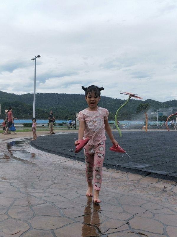 我跟女兒都一樣怕熱,炎炎夏日,只會有一個行程,就是整天泡在水裡~消暑! #暑假生活