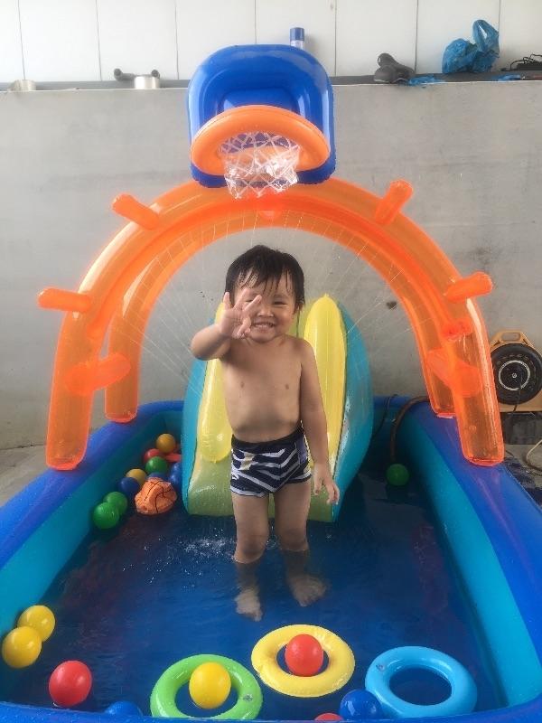 最棒的夏季運動! 能一兼多顧的投籃噴水泳池 😍 #暑假生活 #萌娃 #育兒