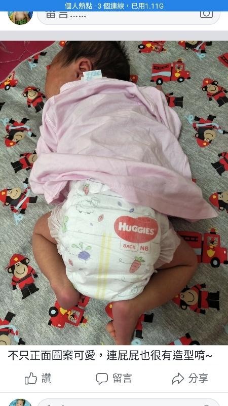 ✳ 原本的紫好奇就很有彈性也乾爽,但改良後的尿布厚度更加輕薄透氣,寶寶屁屁整個很舒適,腰圍和腿部有彈性不勒痕。 ✴隨著新生兒的出生,最害怕莫過於便便從尿布炸出來,尤其是母乳便更是可怕,稀稀稠稠的容易溢出弄髒衣服,顧孩子已經很累了,還要不停洗衣服洗床單更不想如此😆😆 ✳紫好奇的側邊有做加高防漏,我家兒子的便便完全沒溢出,更換尿布時的屁股也沒有黏膩感,依然乾爽,有明顯阻隔母乳便,防止紅屁股的效果。從出生開始使用紫好奇開始都沒有紅屁屁唷~👍👍👍👍