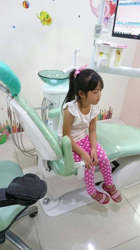 醫生宣告,你女兒開始換牙囉……也太早了吧!要比之前更注意口齒清潔了。