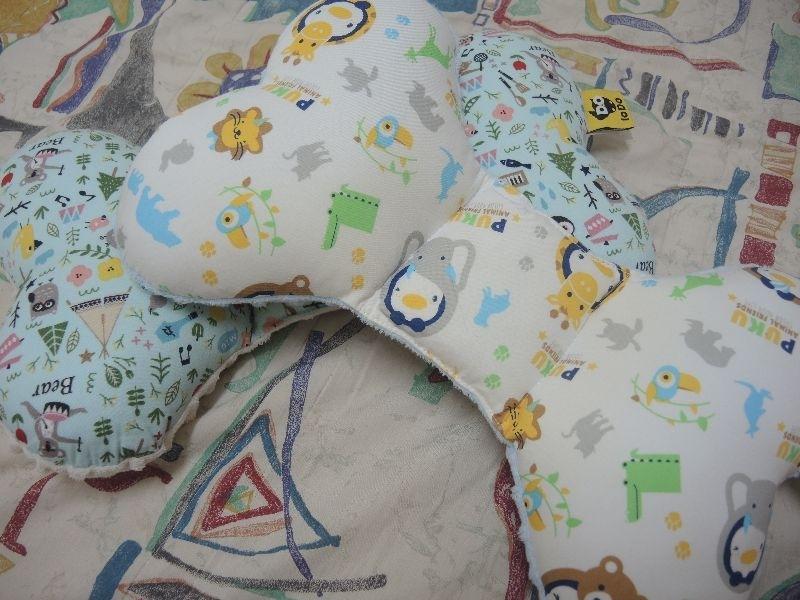 puku樂豆枕+Air護頭型3D嬰兒枕 拯救頭型大作戰 Air護頭型3D嬰兒枕 個人覺得地優點 1.中凹設計可以讓頭型扁扁的寶寶慢慢變回來! 2.外部枕套可以變換(男寶寶女寶寶都適用 找到好的可愛的枕套) 3.超透氣 3D網狀格紋 -此點很重要自家寶寶很會流汗啊!! 4.觸感舒適 剛收到商品時馬上打開,還沒下水就先自己去摸看看 材質很好很親膚(不管枕心還是枕套),不過寶寶要用還是有先洗XD 自家咩咩因為出生時非常習慣躺一邊,導致頭型扁一邊,然後醫生說要注意斜頸的問題! 聽到這個我超級擔心啊!,後來我購入樂豆蝴蝶形枕,把一邊刻意弄高,使咩咩習慣平躺 習慣之後他就不會只躺一邊會躺平了 然後就發生另一個問題,頭後面變扁了XD 正好PUKU有新品 Air護頭型3D嬰兒枕 很榮幸可以成為第一批使用者,有鑑於我對於樂豆枕的好評 我很期待他的效用 商品樣式非常可愛 有多送枕套,男寶寶 女寶寶都很適合~~ 觸感非常舒適,而且很透氣~~~ 一個月後來看看咩咩的頭形改變~~~超級期待😆