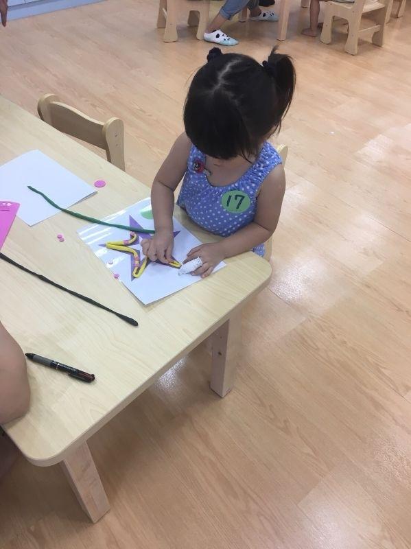 女兒今年即將三歲上小班,幫她提前報名第一個暑期營隊(桌遊/繪本營/瘋狂科學/划步車)等內容,希望她能在老師的帶領下快樂學習~ #暑假生活