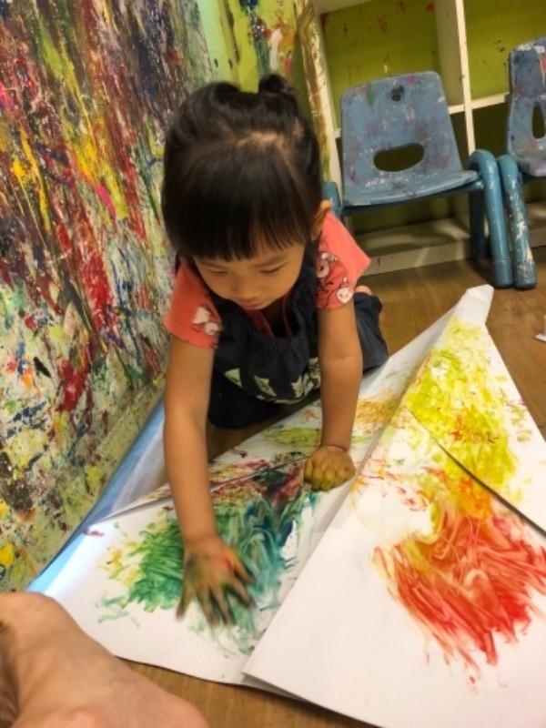 寶貝今年即將就讀幼稚園小班,趁暑假期間多帶她參與各項有趣的幼兒課程,希望能縮短適應期。 第一堂就先從塗鴉遊戲開始囉,不意外地,手腳並用的塗鴉課讓她玩得很開心~~~^^ #暑假生活 #塗鴉遊戲 #可以全身搞這麼髒不被罵當然開心囉
