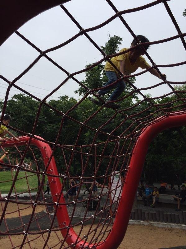 男孩就是要強壯~來訓練一下體能吧! 那攀爬網有夠高,沒想到小兒居然能無所懼從起點爬到終點,厲害! #暑假生活 #攀爬網體驗 #只是爬完後上車秒睡因為太耗體力了
