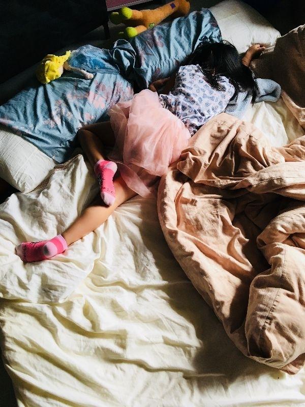 大女鵝有一點跟我很像,喜歡找個看起來好睡的地方,然後就地睡覺。 最近她說要睡客廳,然後就把被子、枕頭、布偶全部搬到客廳地板睡。 她睡客廳,對我跟P來說,是蠻不方便的。我早上要出去跑步,可能會吵到她;P晚上還會起來處理家事,也會吵到她。所以,我跟P今天就胡扯一個理由: 「今天下大雨,晚上會有蟑螂跑進來。」 「他們怎麼進來的?」大女鵝問。 「他們就是會找路進來」我回答。 「好吧,那你要保護我,準備好拖鞋,知道嗎?」大女鵝命令道。 「是…」我唯唯諾諾地回應。 這年代當父母還真是委曲求全啊。