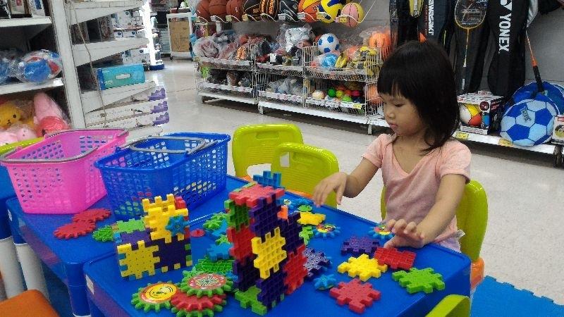 #暑假生活 我的孩子還小,放暑假其實是我們大人在陪孩子 能去的地方,以及設施必須有限制.怕不合適,怕太多人,怕太遠. 還好我們家附近的賣場對親子很友善,提供購物時小孩可以玩積木的地方 孩子在這個階段,正是需要發展手腦協調能力,因此玩積木是最好的. 地板上還友善的舖了地墊,以及幼兒用小椅子. 家長還可以在旁邊飲水機補充飲水,之的是很貼心的賣場.