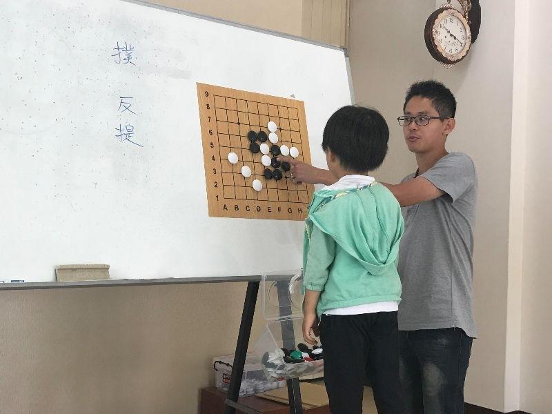 家裡附近有圍棋教室剛開幕,學費優待半價就趕緊幫兒子報名啟蒙班課程。 雖然兒子今年才小班,但是想說讓兒子多接觸,並不要求一定要學會。 老師人很nice,鼓勵家長陪同上課,這樣回家就能陪孩子練習,所以我也跟著長知識了~~圍棋真的是很奇妙的課程,能訓練孩子動腦與耐心~~大推薦喔!! #暑假生活 #圍棋課