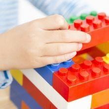孩子與小伙伴搶玩具或吵架時,爸媽如何調整?